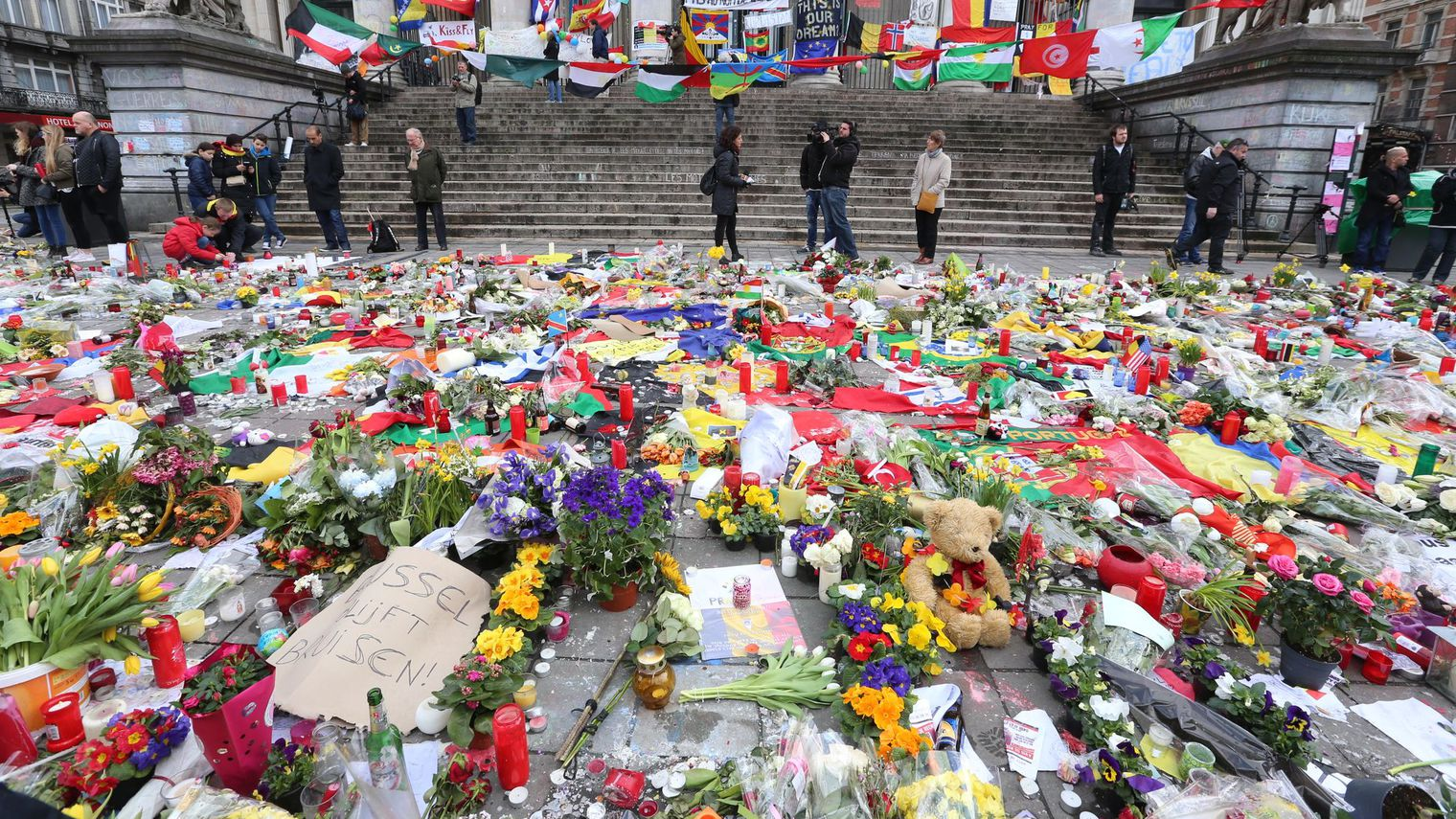 des-fleurs-et-des-bougies-en-hommage-aux-victimes-des-attentats-de-bruxelles-le-27-mars-2016-place-de-la-bourse-dans-la-capitale-belge_5571781