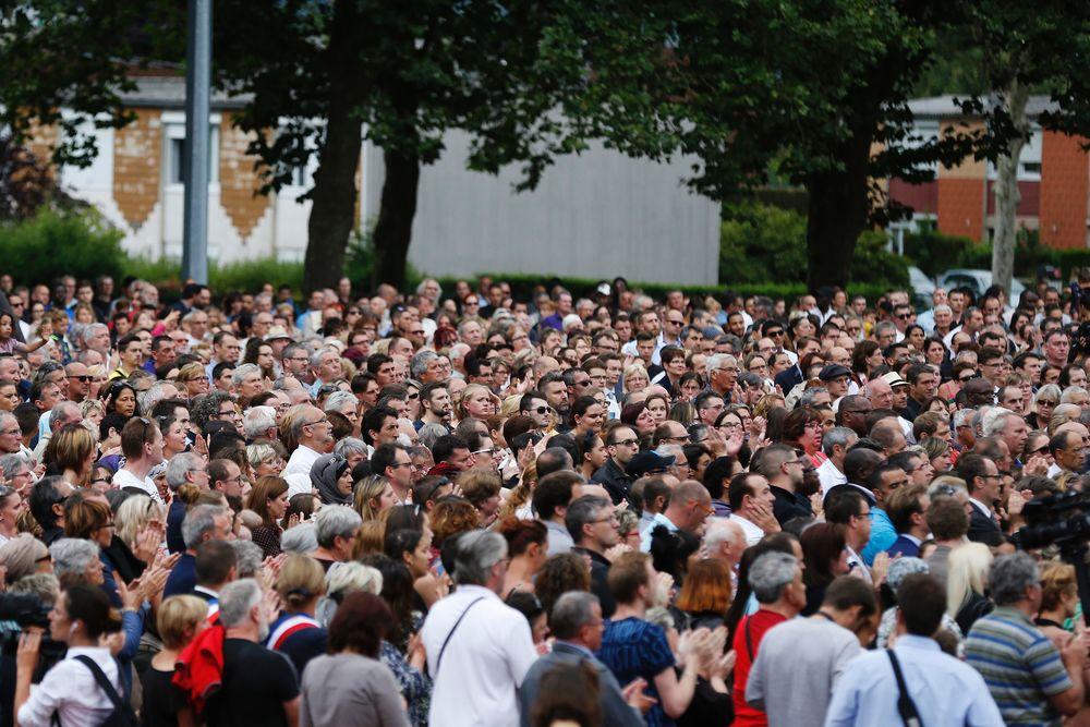 Des milliers de personnes rassemblées à Saint-Etienne-du-Rouvray pour l'hommage à Jacques Hamel / AFP