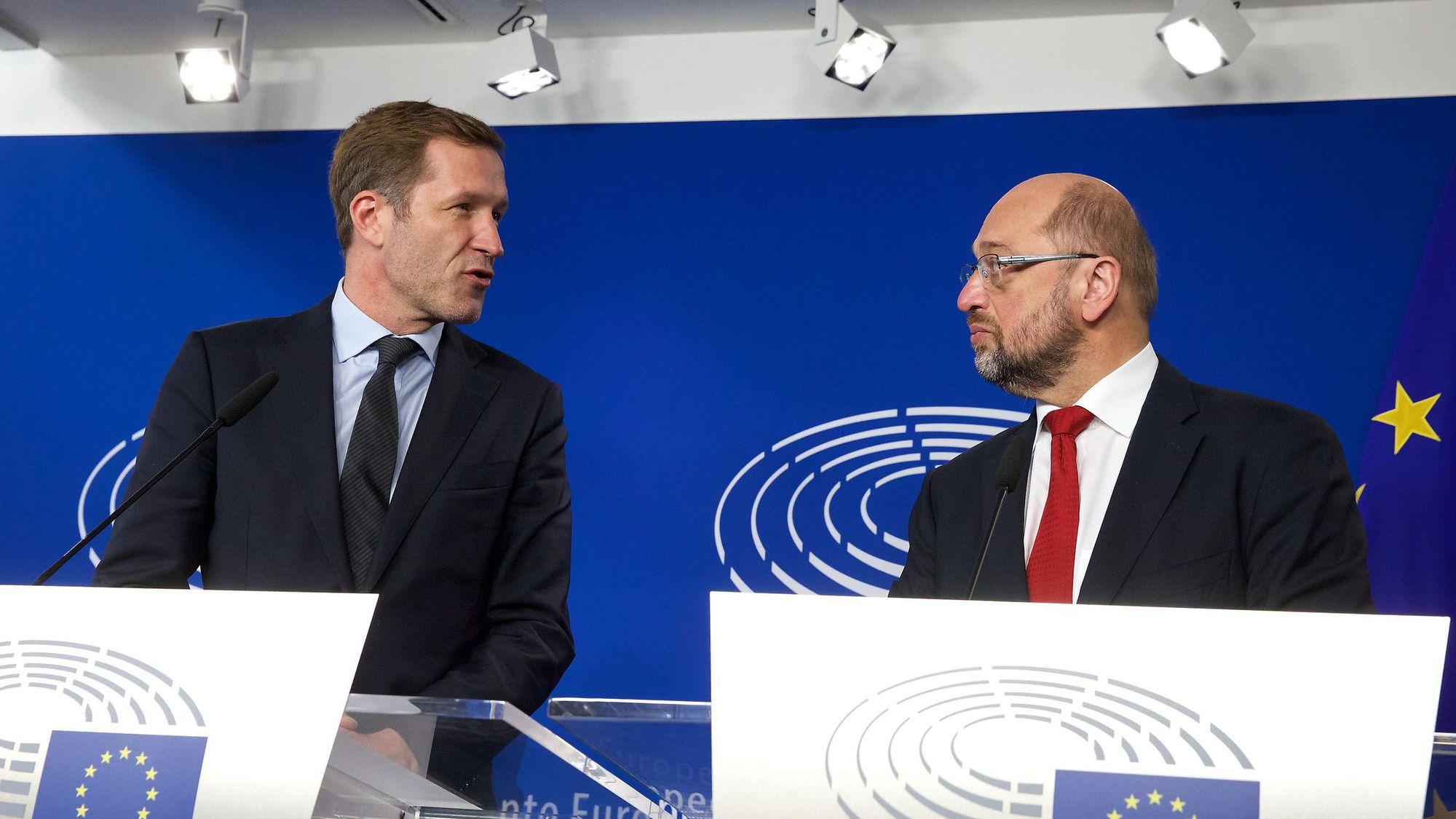Le président du Parlement européen Martin Schulz (à droite) et le chef du gouvernement de la Wallonie, Paul Magnette, à Bruxelles le 22 octobre 2016
