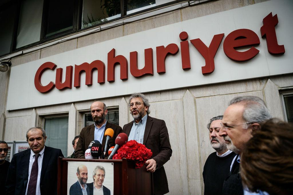 Can Dundar devant le siège du journal Cumhuriyet