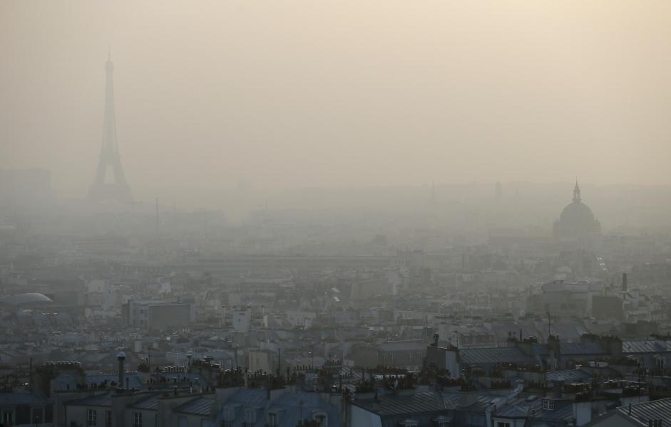 La Tour Eiffel et les toits de Paris pris dans un nuage de pollution le 11 mars 2014 - AFP