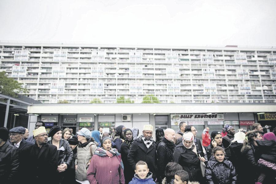 La Courneuve (Seine-Saint-Denis), le 20 octobre 2015. Des habitants attendent l'arrivée de Français Hollande.