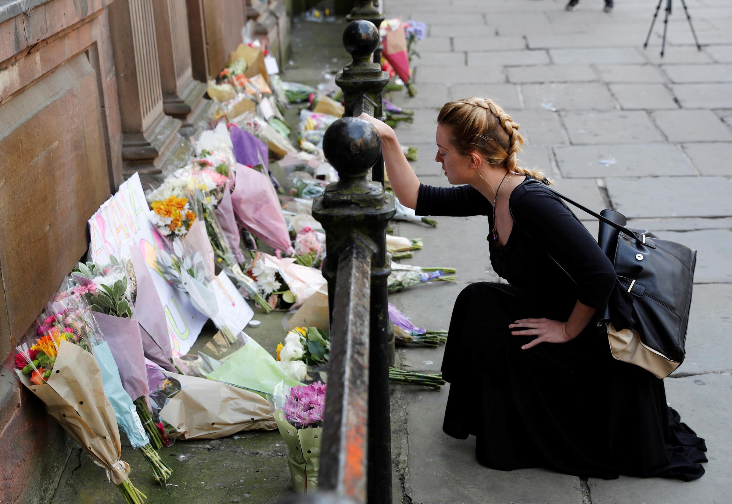 Une femme dépose des fleurs pour les victime de l'attaque du Manchester Arena