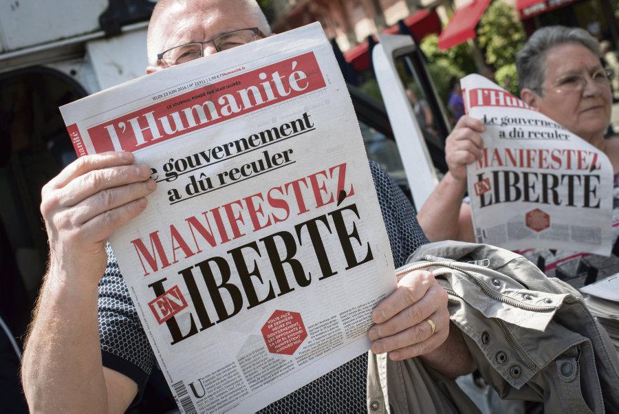 Numero special du journal l'Humanite en vente avant la manifestation contre le projet de loi Travail du 23 juin 2016 a Paris. Photo : Olivier Saint-Hilaire/Haytham-Rea