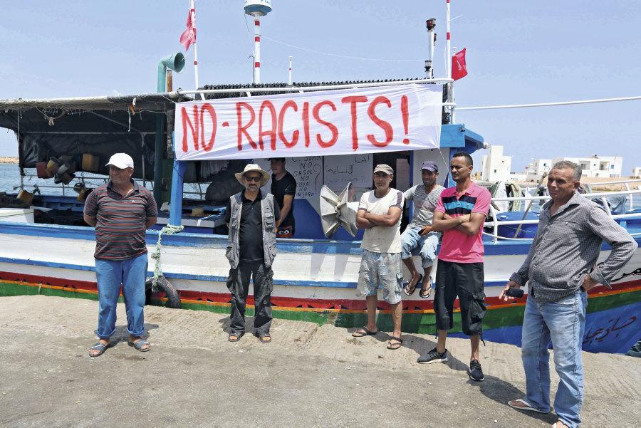 Protestations de tunisiens de l'UGTT contre le navire «raciste».  AFP PHOTO / FATHI NASRI