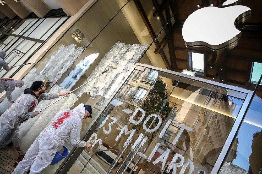Lundi 13 novembre dernier, les militants d'Attac ont opacifié les vitrines d'Apple Store de Saint-Germain-des-Près pour dénoncer l'évasion fiscale pratiquée par la marque