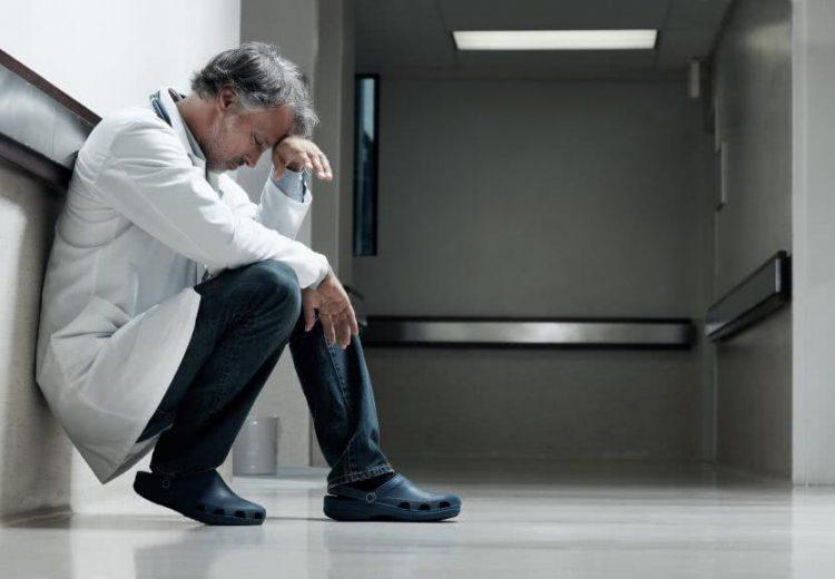 """""""La colère sociale dans le milieu hospitalier qui unit le grand professeur comme l'aide-soignante, rejette la politique de soins passée au tamis d'une austérité appliquée sans discernement pour satisfaire des exigences comptables""""."""